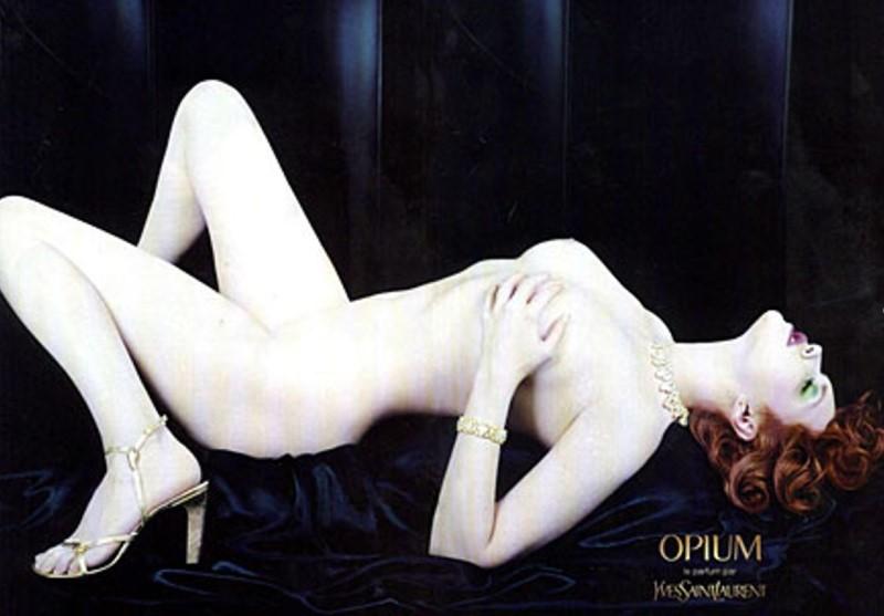 """Nacktes Model für Parfum """"Opium"""" von Yves Saint Laurent"""