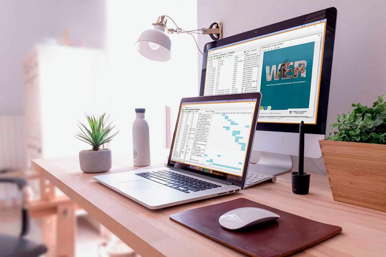 Werbeanzeigen analysieren mit BrandFacts auf zwei Monitoren
